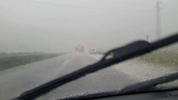 Pogledajte kakva oluja je pogodila Visoko: Vozači na autoputu stali!