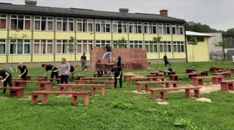 BUSOVAČA: Nastavnici i direktor škole izgradili učionicu na otvorenom