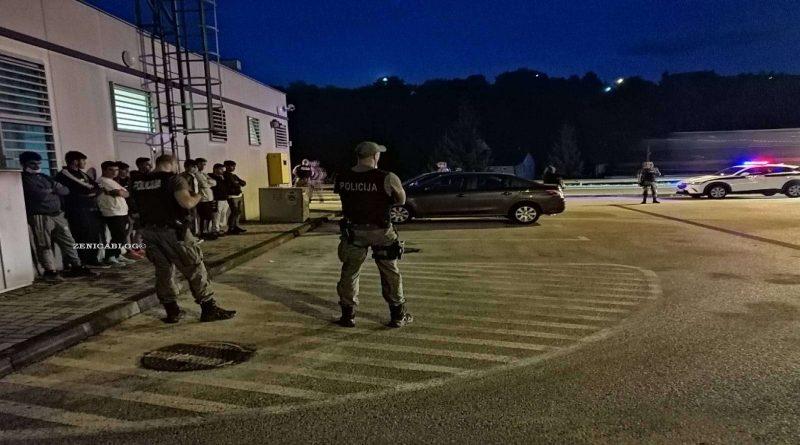 U Zenici policija presrela dva vozila u kojim je krijumčareno deset migranata