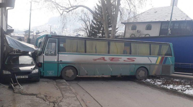Visoko: Školskom autobusu otkazale kočnice pa udario u trgovinu