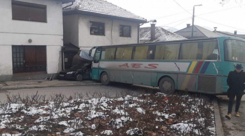 VISOKO: Autobus s djecom udario u trgovinu i vozilo zbog propusta vozača