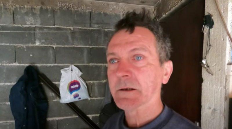 VITEZ: Samohrani otac s troje djece živi pod pločom